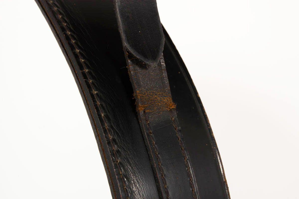 Miroir Jacques Adnet en cuir noir pique sellier et boucle en laiton 1930
