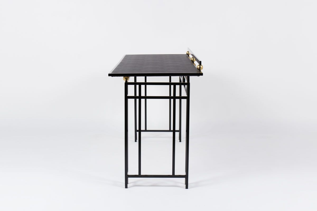 Bureau grand modele en metal noir laiton et plateau en skaï 1950
