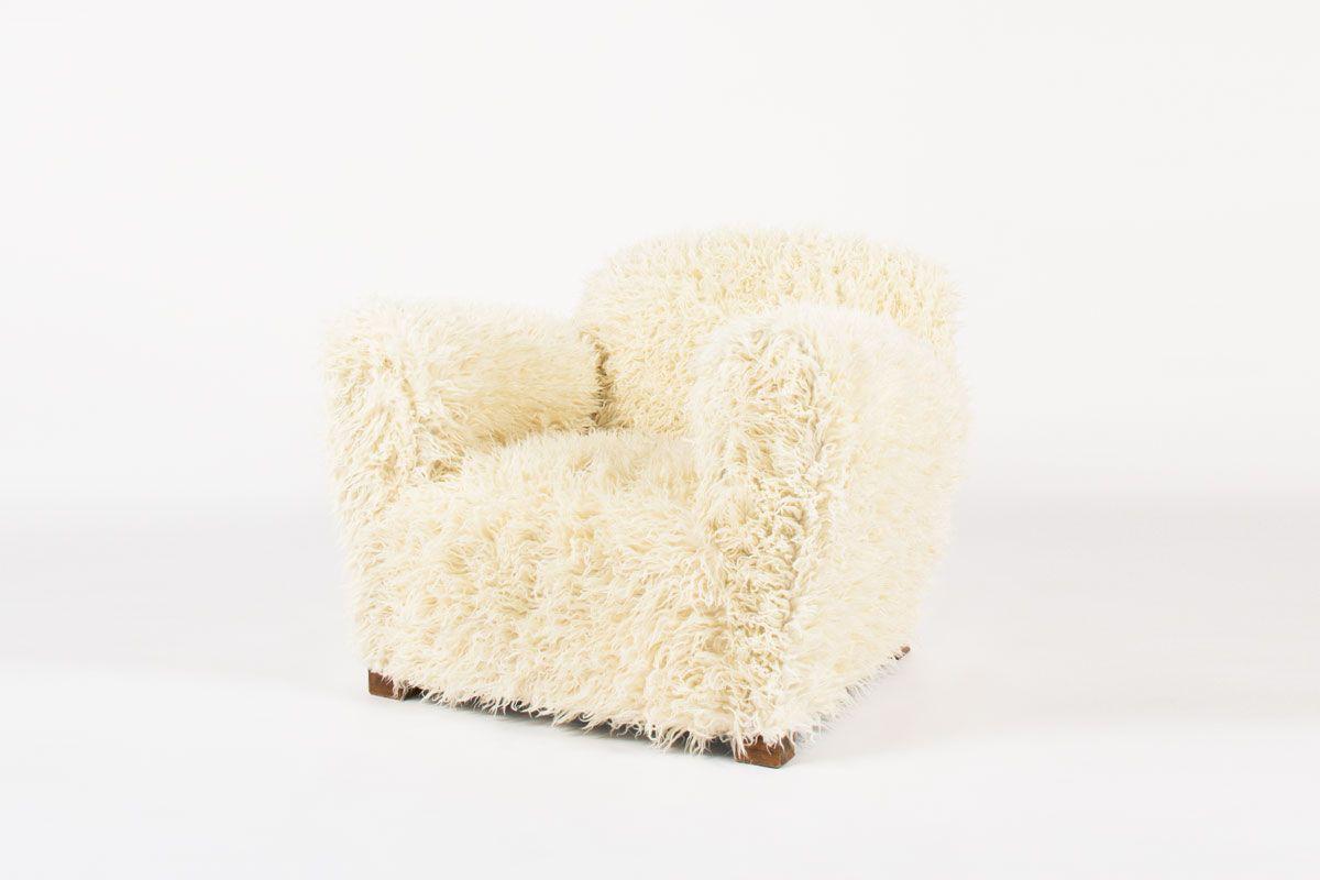 Fauteuil en chene et tissu poil blanc imitation agneau de Mongolie 1950