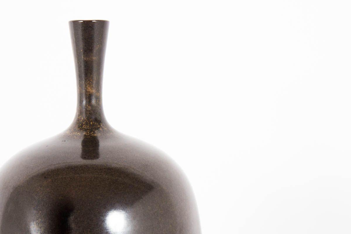 Vase en ceramique marron modele bouteille col mince 1950