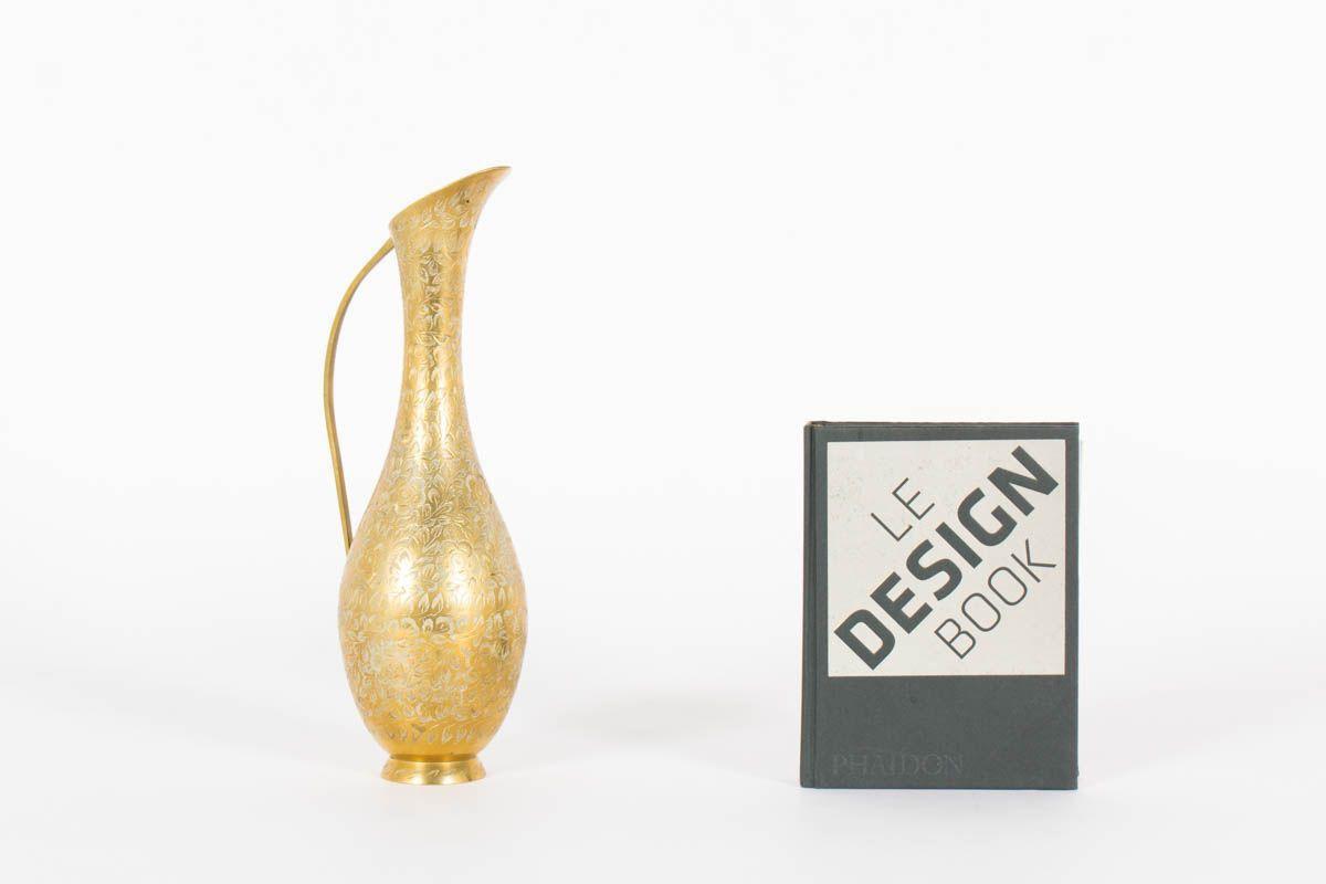 Pichet en laiton sculpte design indien 1960
