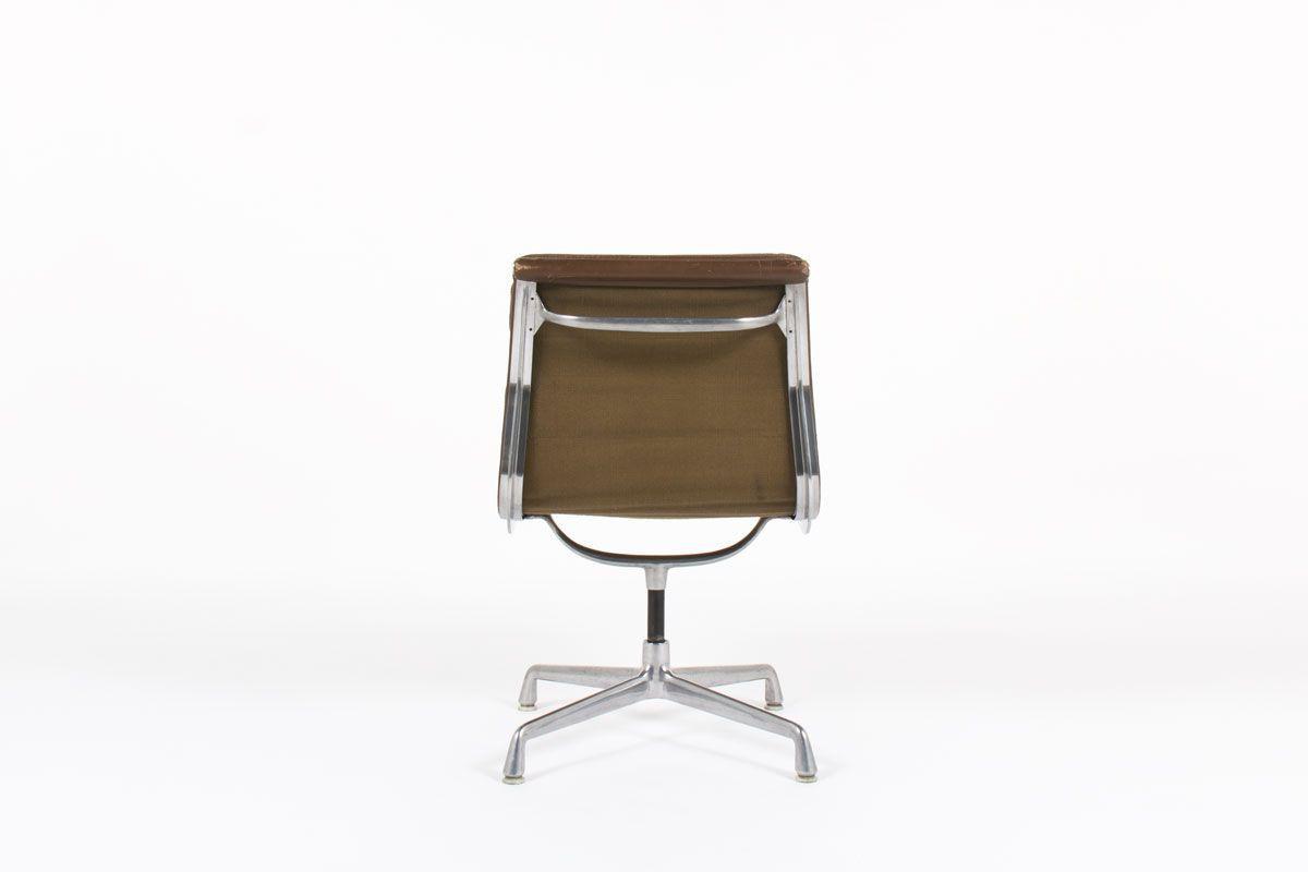 Chaise de bureau Charles et Ray Eames modele Soft Pad EA 205 cuir marron edition Herman miller 1970