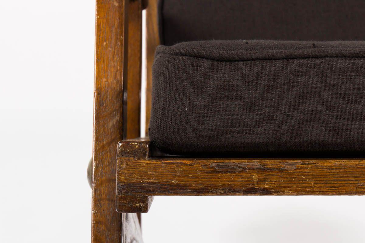 Fauteuil en chene et coussin lin noir design reconstruction 1950