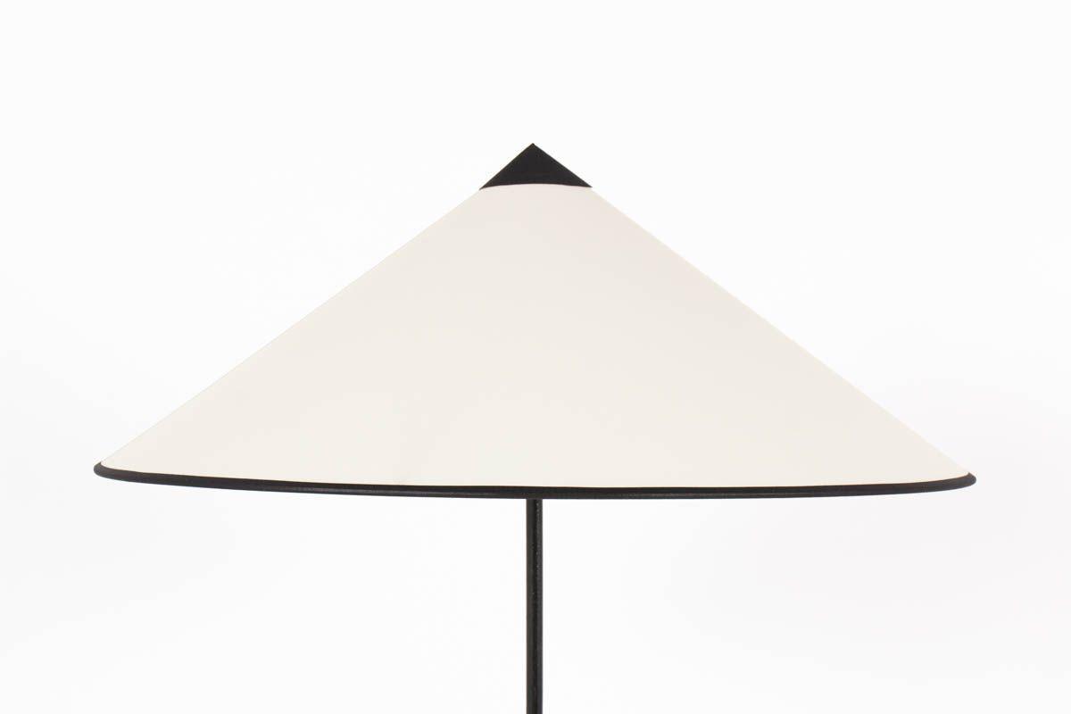 Lampadaire tripode en metal noir droit et abat-jour chapeau chinois beige 1950