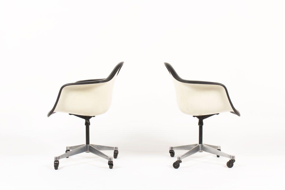 Fauteuils de bureau Charles et Ray Eames pivotants à roulettes en skai noir edition Herman Miller 1960 set de 2