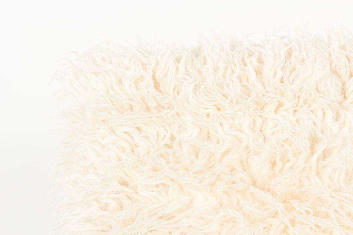 Fauteuil en hetre teinte et tissu poil blanc imitation agneau de Mongolie 1950