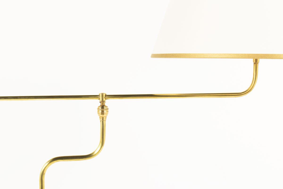 Lampadaire métal noir laiton et abat-jour beige à contrepoids 1950