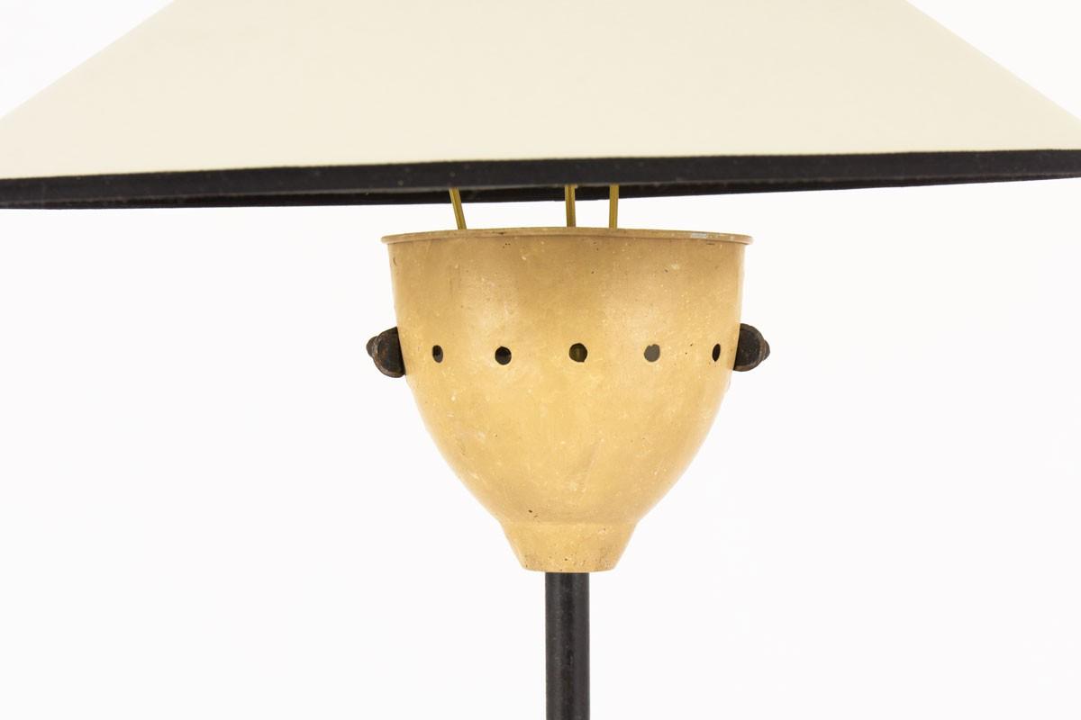 Lampadaire tripode droit structure en métal noir abat-jour beige 1950