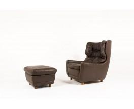 Fauteuil et repose-pieds en cuir marron et pieds bois 1970