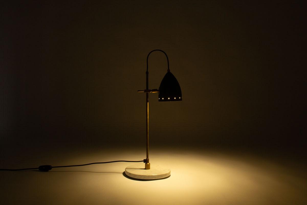 Lampe de bureau marbre laiton patiné et réflecteur noir design contemporain italien