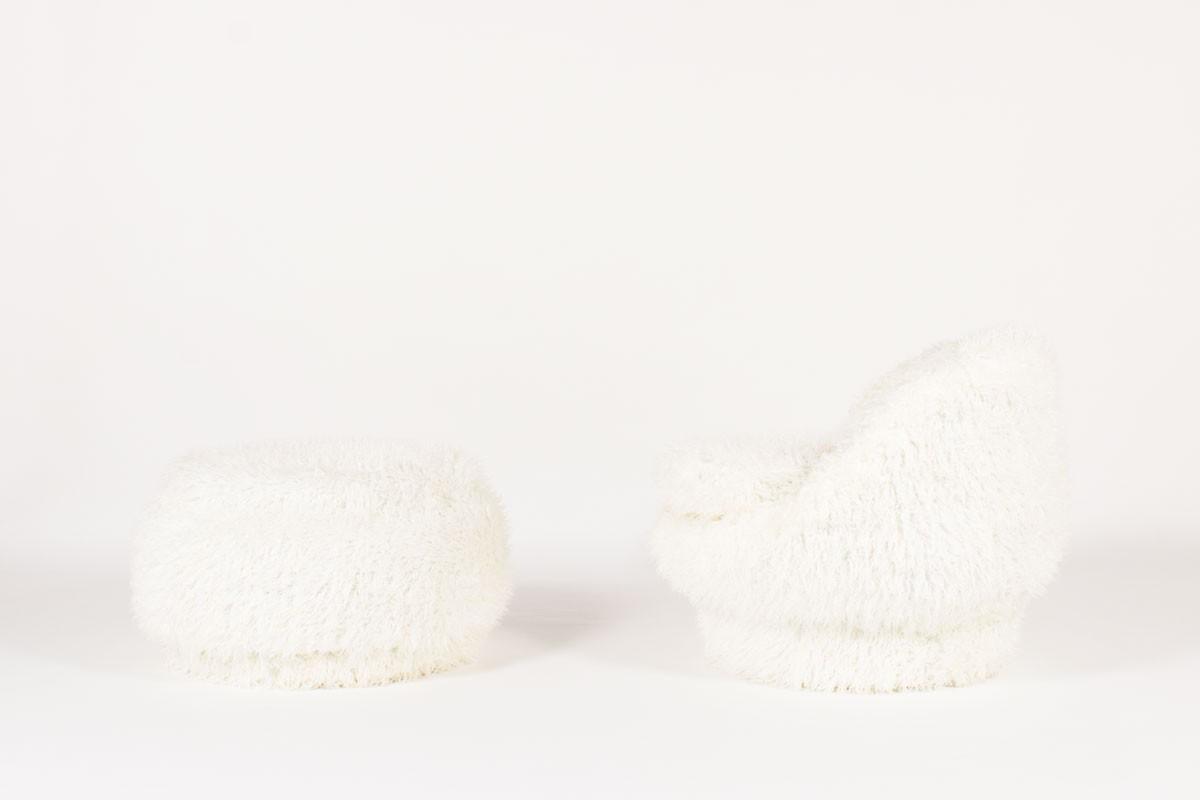 Fauteuil et repose-pieds en poil blanc 1950