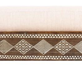 Chauffeuse bois noirci et tissu lin beige design africain 1950