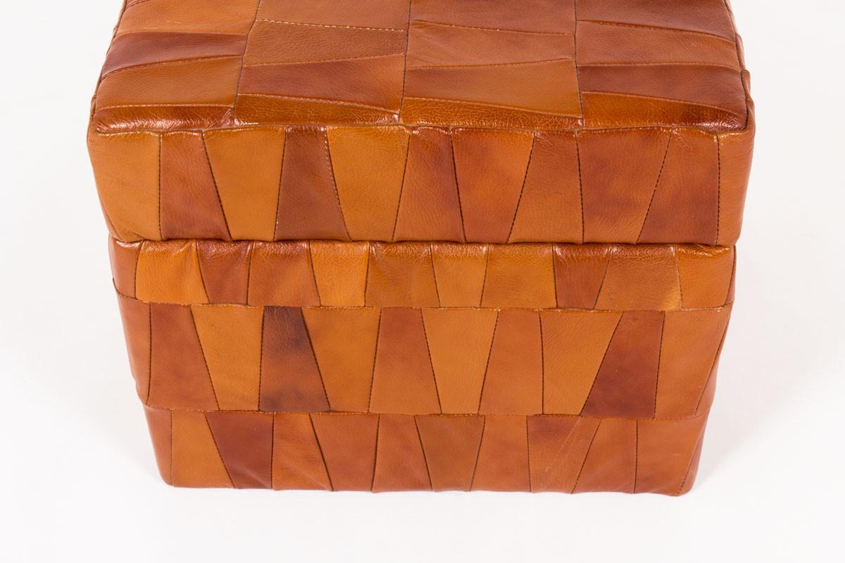 Pouf coffre modèle Patchwork en cuir marron patiné édition De Sède 1960