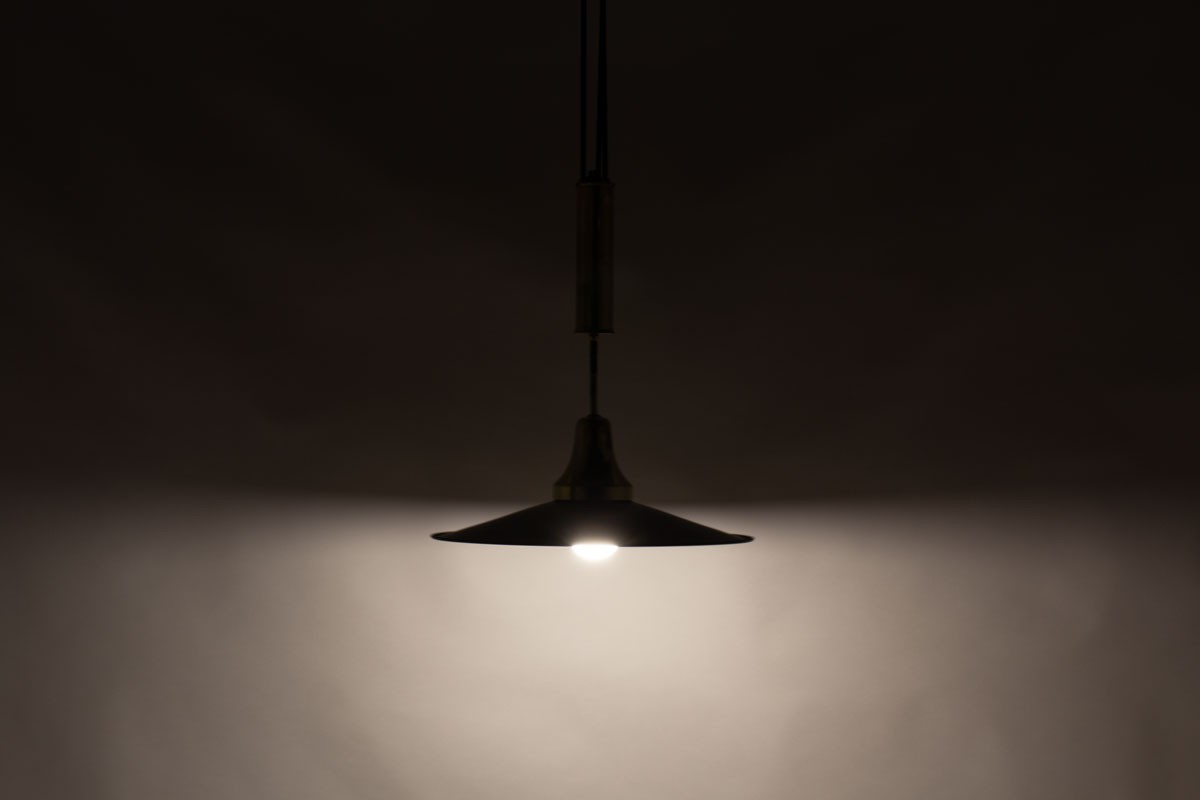 Counterweight pendant light in black metal and brass 1950