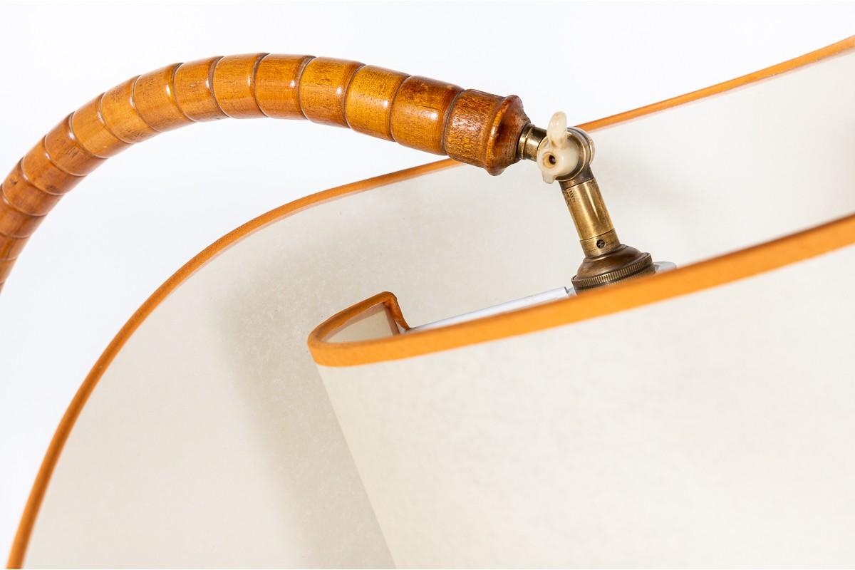 Lampadaire en bois et abat-jour beige courbé 1950