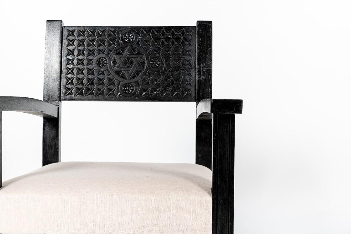 Fauteuils hêtre noir sculpté et tissu lin Maison Thevenon 1950 set de 2